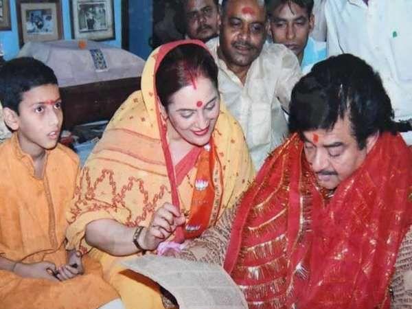 शत्रुघ्न सिन्हा आपल्या पत्नीसह पं. मिश्रा यांच्या घरी आलेले असताना. - Divya Marathi