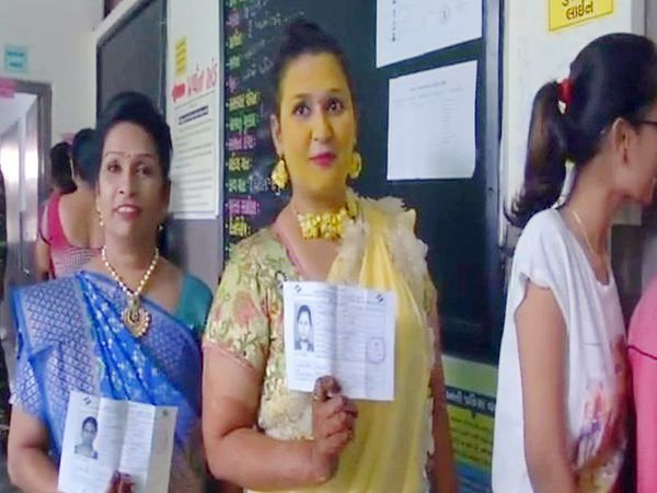 मतदानासाठी आलेली वागदत्त वधू. - Divya Marathi