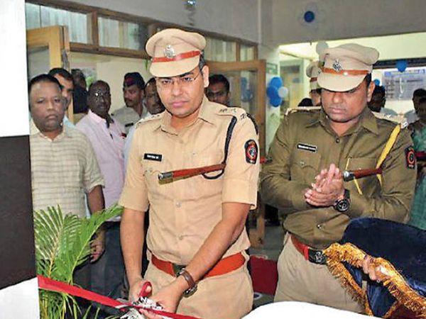 ग्रामीण पोलिस मुख्यालयात महाराष्ट्र पोलिस सिटिझन पोर्टलच्या इ-तक्रार केंद्राचा शुभारंभ करताना पोलिस अधीक्षक संजय दराडे. - Divya Marathi
