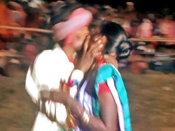 स्पर्धेत भाग घेतलेले विवाहित जोडपे. - Divya Marathi