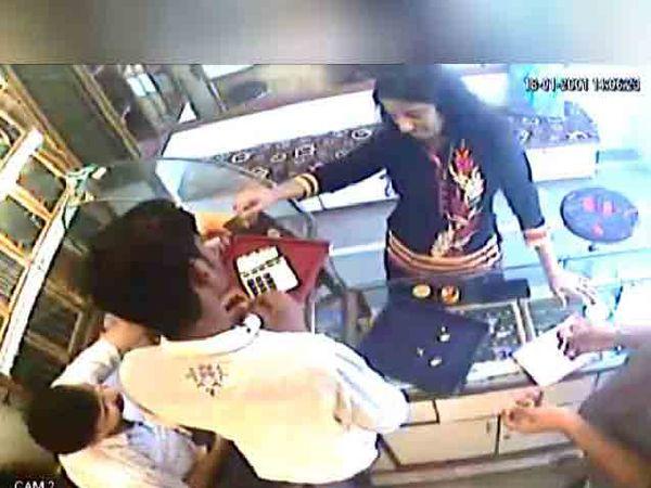 लॉकेट खरेदी करण्याच्या बहाण्याने ही महिला दुकानात शिरली. त्यानंतर दुकानादाराचे लक्ष इतरत्र वळवत तिने चोरी केली. - Divya Marathi