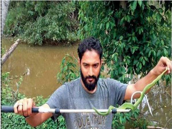 सर्प हाताळताना हिरेन खत्री - Divya Marathi