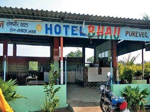 मुंबई‑आग्रा महामार्गावर याच भाऊ हॉटेलवर दरोडा टाकण्यात आला. या वेळी कामगारांना मारहाणही करण्यात आली. - Divya Marathi