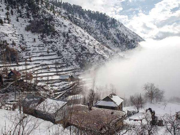 डोंगराळ भागांमध्ये होणा-या हिमवृष्टीमुळे मैदानी परिसरांमधील तापमान घसरले आहे. - Divya Marathi