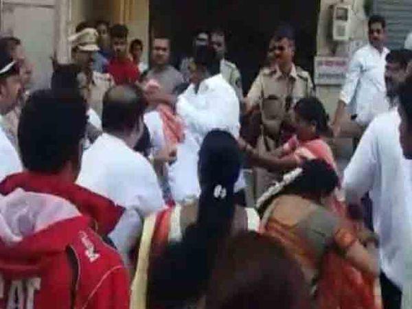 भाजप आणि शिवसेनेच्या कार्यकर्त्यांमध्ये जोरदार मारामारी झाली. - Divya Marathi