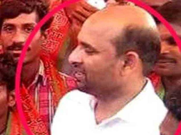 अल्पवयीन मुलीला लग्नाचे वचन देऊन वारंवार बलात्कार केल्याच्या आरोप असलेला भाजप नेता. (लाल वर्तुळात) - Divya Marathi