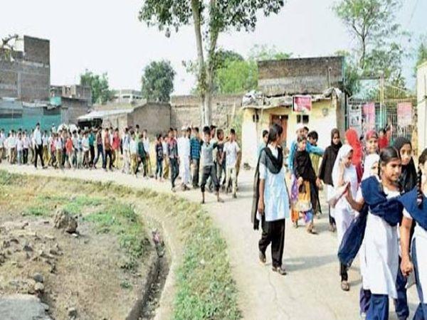 फुलंब्री नगर पंचायतीच्या निवडणुकीत मतदान करण्यासाठी प्रशासनच्या वतीने आज शहरात शालेय विद्यार्थ्यांनी मतदान जनजागृती रॅली काढली. - Divya Marathi