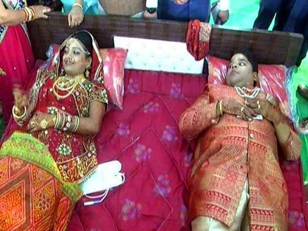 नवरी ओसीन आणि नवरदेव गुंजन यांनी एकत्र रक्तदान केले. - Divya Marathi