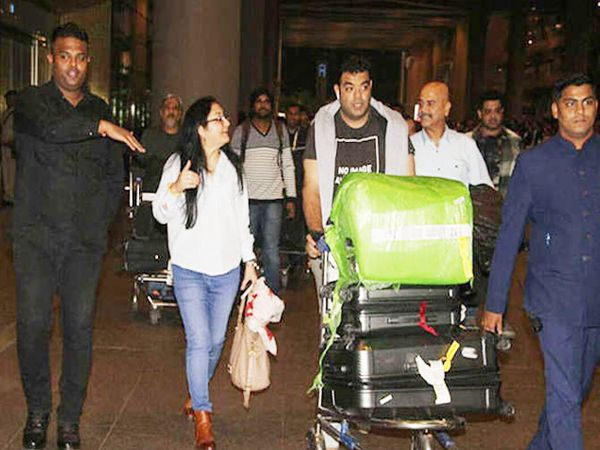 एअरपोर्टवर अनुष्काची आई अशीमा, वडील अजय कुमार आणि भाऊ कर्णेश शर्मा - Divya Marathi