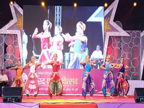 सासवडमध्ये शरद युवा महोत्सवाचे आज उद्धघाटन झाले. - Divya Marathi