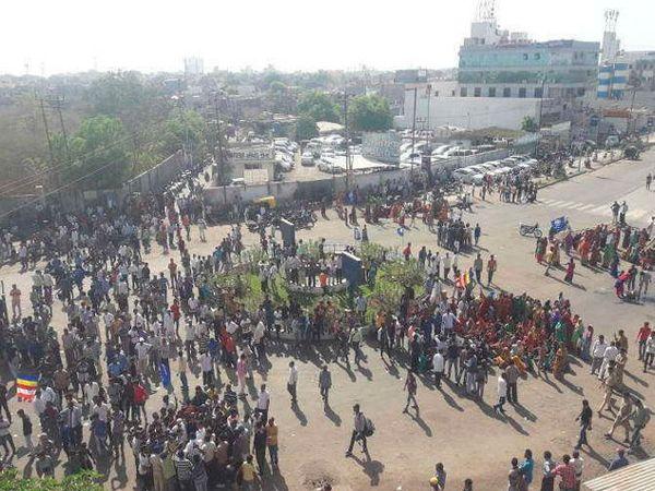 डॉ. बाबासाहेब आंबेडकर यांचे दोन पुतळे हटवल्यानंतर संतप्त दलित समाज रस्त्यावर उतरला. - Divya Marathi