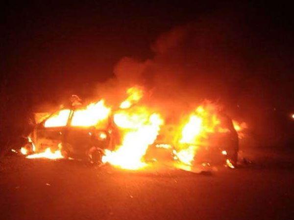 अपघात एवढा भीषण होता की, आजुबाजुचे लोकही जळत असलेल्या कारच्या जवळ जायला घाबरत होते. - Divya Marathi