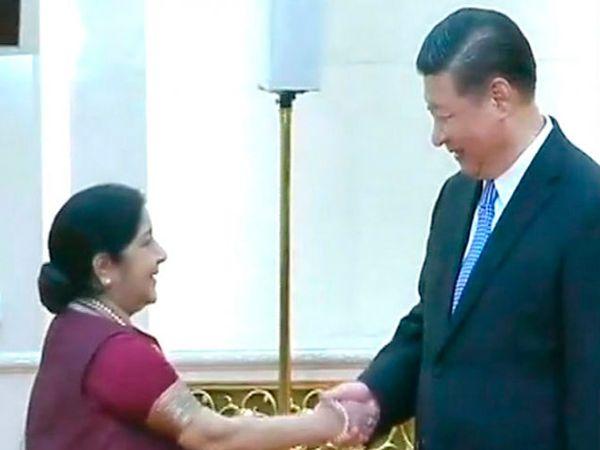 परराष्ट्रमंत्री सुषमा स्वराज यांनी शी जिनपिंग यांची सोमवारी भेट घेतली. - Divya Marathi