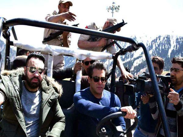 जीप चालवताना सलमान खान, सोबत बॉडीगार्ड शेरा आणि सुरक्षा गार्ड - Divya Marathi