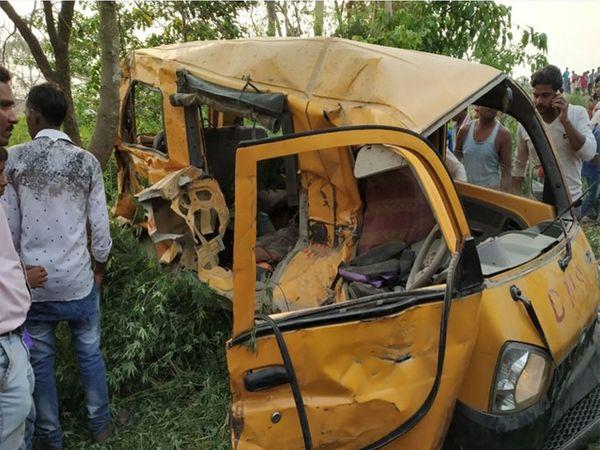 मृत सर्व शाळकरी विद्यार्थी याच स्कूल व्हॅनमध्ये स्वार होते. - Divya Marathi