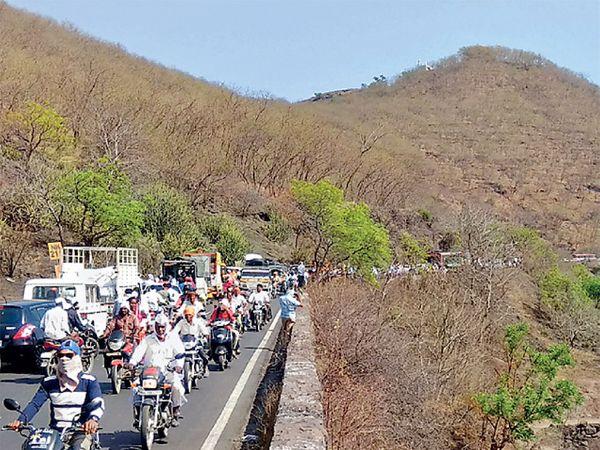 माल वाहतूक करणारा ट्रक खुलताबाद ते वेरूळदरम्यानच्या घाटात रुतल्याने दूरपर्यंत वाहनाच्या रांगा लागल्या होत्या. - Divya Marathi