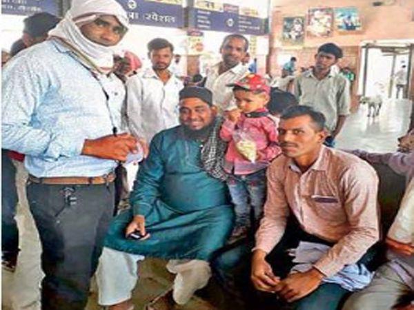 मुलाला कुटुंबीयांच्या ताब्यात देताना आकोट शहर पोलीस. - Divya Marathi