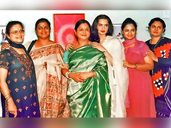 वर - डावीकडून, बहिणी रेवती स्वामी नारायण, नारायणी गणेशन, कमला सेलवराज, विजया चामुंडेश्वरी आणि जया श्रीधरसोबत रेखा - Divya Marathi