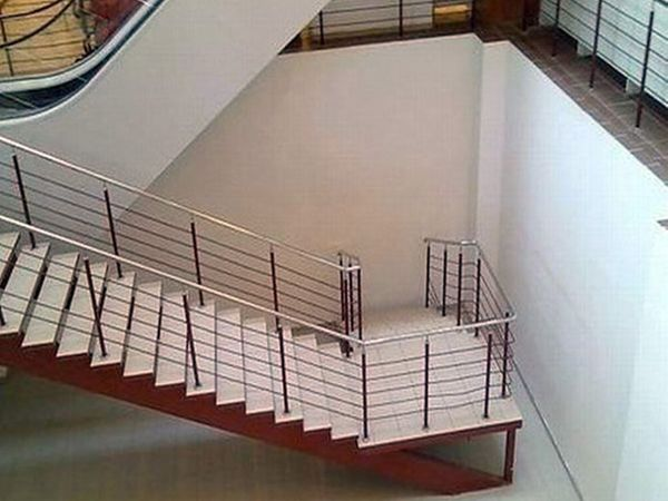 या जिन्यातून खाली उतरता येईल...पण त्यातून जमिनीवर उतरायचे कसे.... - Divya Marathi
