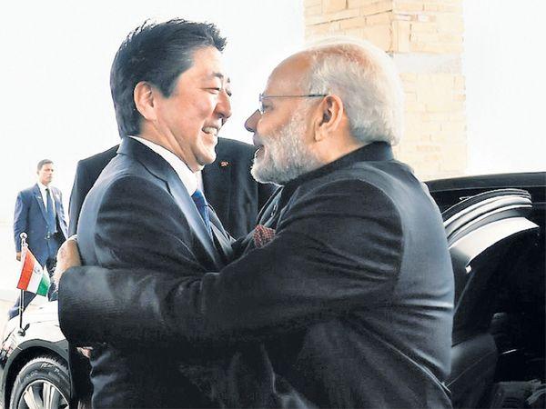 गळाभेट- पंतप्रधान नरेंद्र मोदी यांचे शिंजो अॅबे यांनी रविवारी गळाभेटीने स्वागत केले. - Divya Marathi