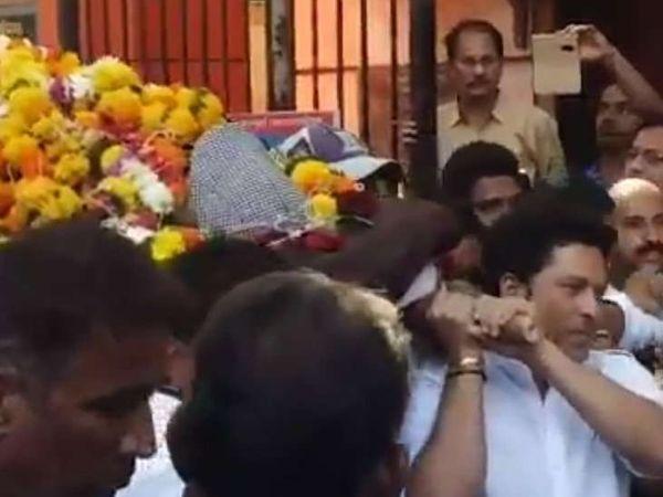 आपल्या वडीलधाऱ्या कोचच्या अंत्ययात्रेत खांदा देताना सचिन... - Divya Marathi
