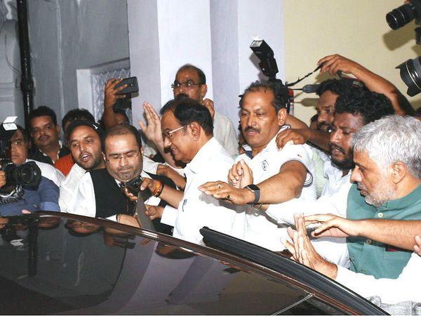 बुधवारी चिदंबरम यांना त्यांच्या निवासस्थानावरून अटक करण्यात आली होती - Divya Marathi