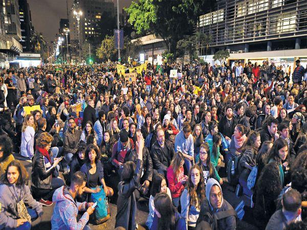 वणवा विझवण्याची मागणी करत लोक रस्त्यावर उतरले होते. - Divya Marathi