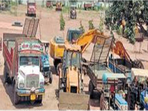 श्रीगोंदे तालुक्यातील काष्टी येथील घोड नदी पात्रात चौधरी मळा येथे पकडलेले पोकलेन मशिन व अन्य वाहने. - Divya Marathi