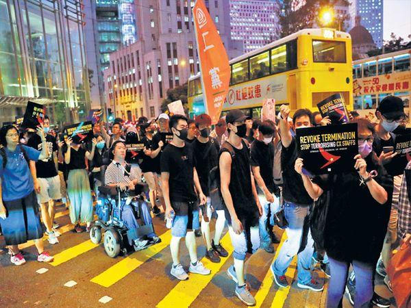 हाँगकाँगमध्ये बुधवारी रात्री आंदोलकांनी पुन्हा एकदा शांततापूर्ण पद्धतीने आंदोलन केले. - Divya Marathi