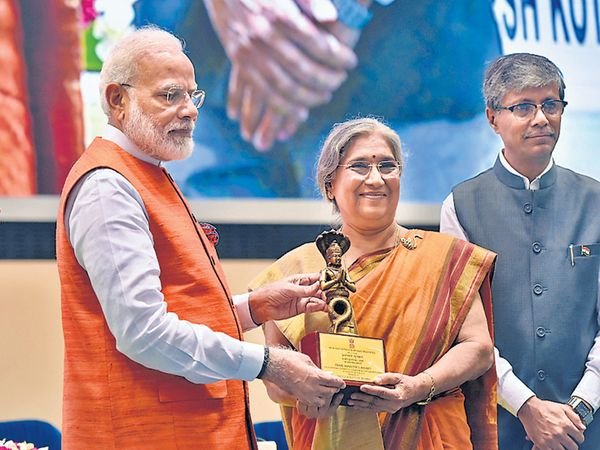 मोदींच्या हस्ते मुंबईतील योगा इन्स्टिट्यूटच्या संचालिका हंसा योगेंद्र यांना योग पुरस्काराने गौरवण्यात आले. - Divya Marathi