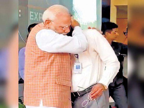 भावनावश झालेले इस्रोचे अध्यक्ष के. सिवन यांना धीर देताना पंतप्रधान नरेंद्र माेदी. - Divya Marathi