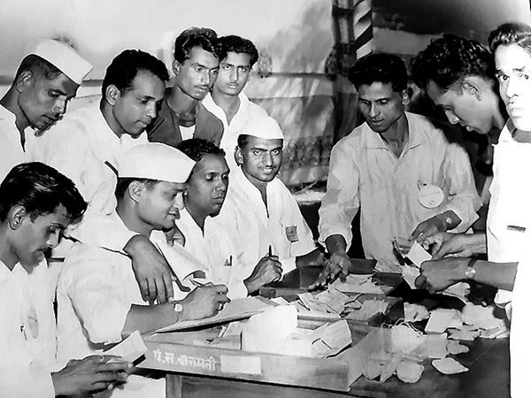 बारामती पंचायत समितीच्या कार्यालयात १९६७ च्या विधानसभा निवडणुकीतील मतमोजणी मतमोजणी सुरू असताना पवारांचे निवडणूक प्रतिनिधी मुरलीधर तावरे आणि शिवाजीराव भोसले. मतमोजणीचे निरीक्षण करताना स्वत: उमेदवार शरद पवार. - Divya Marathi