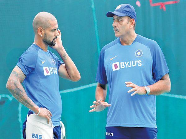 भारतीय संघाचे प्रशिक्षक शास्त्री यांच्याकडून  टिप्स घेताना शिखर धवन. सध्या धवन फाॅर्मात येण्यासाठी प्रयत्नशील. - Divya Marathi