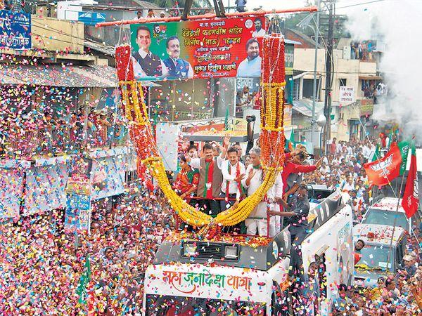 भाजपची महाजनादेश  यात्रा बुधवारी नाशकात पोहोचल्यानंतर भव्य स्वागत करण्यात आले. - Divya Marathi