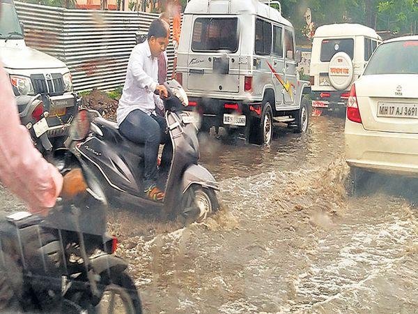 बीड शहरात धुवाधार पावसामुळे वाहनचालकांची त्रेधा उडाली. - Divya Marathi