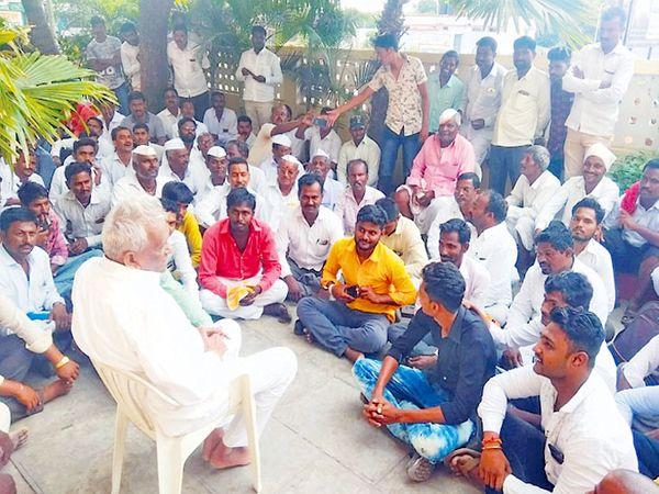 घरासमाेर कार्यकर्त्यांशी संवाद साधताना गणपतराव. - Divya Marathi