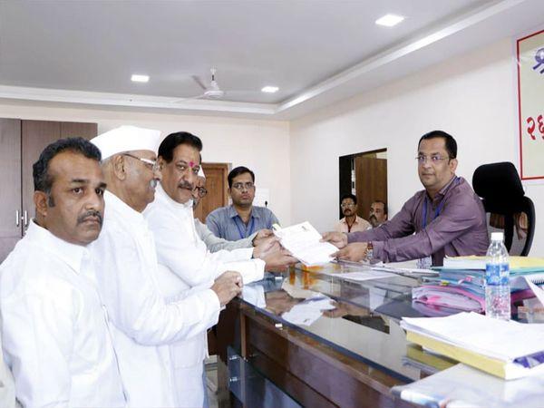 राड दक्षिण विधानसभा मतदारसंघातून काँग्रेस महाआघाडीच्यावतीने उमेदवारी अर्ज दाखल करताना आ. पृथ्वीराज चव्हाण, समवेत श्रीनिवास पाटील, आ. बाळासाहेब पाटील, डॉ. इंद्रजीत मोहिते - Divya Marathi