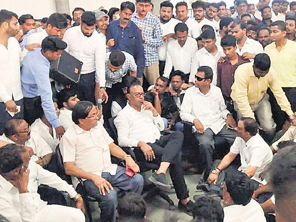 उमेदवारी नाकारल्यानंतर कोराडी येथील निवासस्थानी कार्यकर्त्यांच्या गराड्यात निराश बावनकुळे. - Divya Marathi