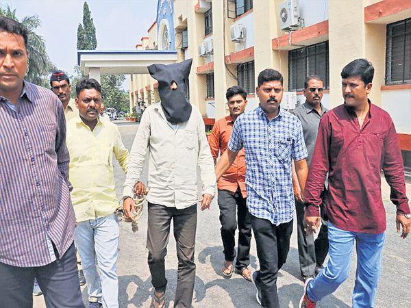 साजेदअलीच्या खून प्रकरणात आरोपी गुज्जर खानला अटक करून नेताना पोलिस. - Divya Marathi