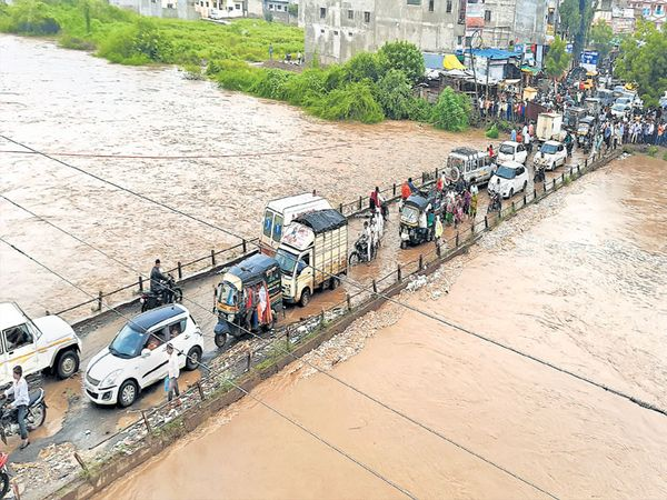 भोकरदन ते जाफराबाद मार्गावरील केळणा नदीच्या पुलावरून पाणी वाहत आहे. २० वर्षांतील हा सर्वात मोठा पूर ठरला.   छाया : महेश देशपांडे - Divya Marathi