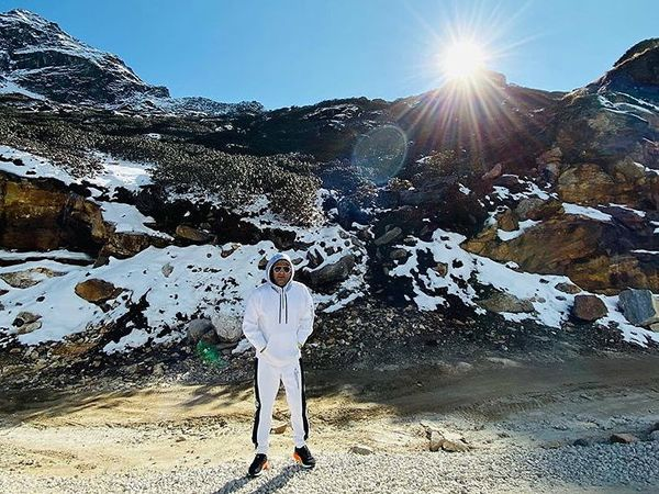 कपिल शर्मा काही दिवसांपूर्वी आपली को-स्टार सुमोनासोबत अरुणाचल प्रदेशला गेला होता. जिथे त्याने 4 दिवस चालणाऱ्या तवांग फेस्टिव्हल 2019 माधेर भाग घेतला होता. आता तो अरुणाचल प्रदेशचे सौंदर्य दाखवणारे फोटोज आपल्या इंस्टाग्रामवर शेअर करत आहे. - Divya Marathi