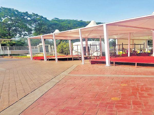 निकालाला १३ दिवस उलटून गेल्यानंतरही राज्यात सत्तास्थापनेची िचन्हे नाहीत. तरी मुंबईत विधिमंडळ परिसरात विशेष अधिवेशनासाठी शामियाने सजले आहेत. - Divya Marathi