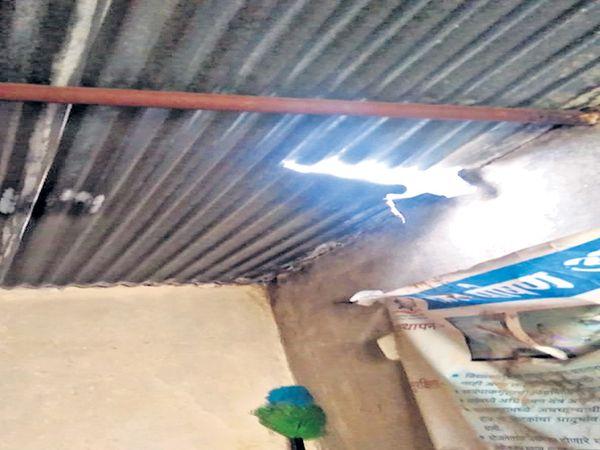 सुरुंगाच्या स्फोटामुळे शळेच्या पत्र्यांना व भिंतीना तडे गेले असून छताचा काही भाग कोसळला आहे. - Divya Marathi