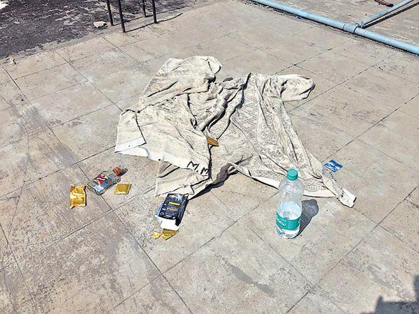 जिल्हा रुग्णालयाच्या छतावर सापडलेल्या दारूच्या बाटल्या,अन्य साहित्य. - Divya Marathi