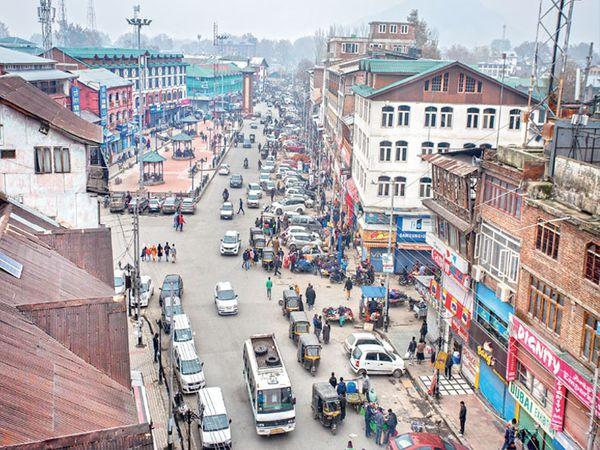 छायाचित्र श्रीनगरच्या लाल चौकातील आहे. बुधवारी चौक दिवसभर खुला होता. - Divya Marathi