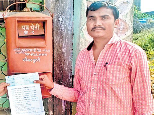 राज्यपालांना ८ हजारांचा धनादेश बोधेगाव पोस्टातून पाठवताना शेतकरी रवी देशमुख. - Divya Marathi
