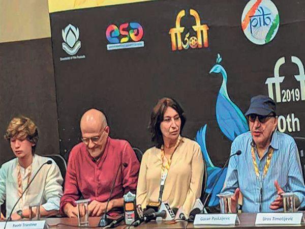 पत्रकारांशी संवाद साधताना चित्रपटाचे दिग्दर्शक गोरान पास्कजेविक. - Divya Marathi