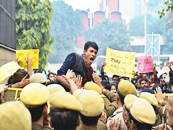 शुल्कवाढीच्या विराेधात उग्र अांदाेलन करताना जेएनयूचे विद्यार्थी व त्यांना राेखून धरताना दिल्ली पाेलिस(संग्राहित छायाचित्र) - Divya Marathi
