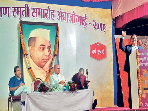 अंबाजोगाई येथे आयोजित यशवंतराव चव्हाण स्मृती समारोहात बोलताना 'दिव्य मराठी'चे राज्य संपादक संजय आवटे. - Divya Marathi