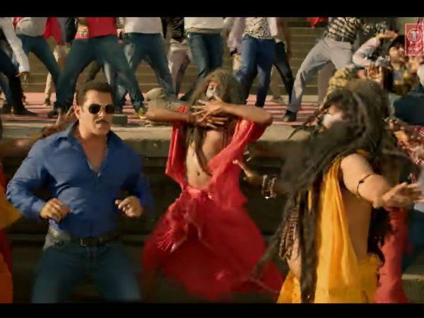 'हुड हुड दबंग...' या शीर्षक गीतातील या दृष्यावर आक्षेप घेण्यात आला आहे  - फोटो : यूट्यूब साभार - Divya Marathi